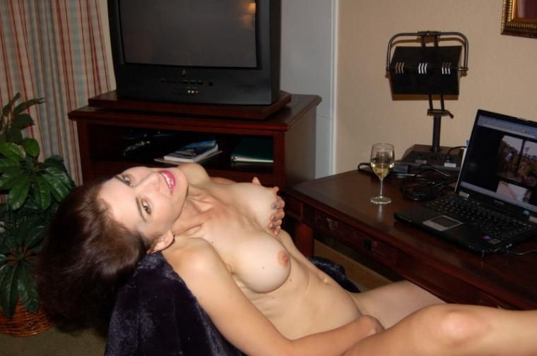 girl masturbates in front of computer