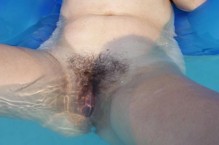 Washing her pussy in the swimming pool