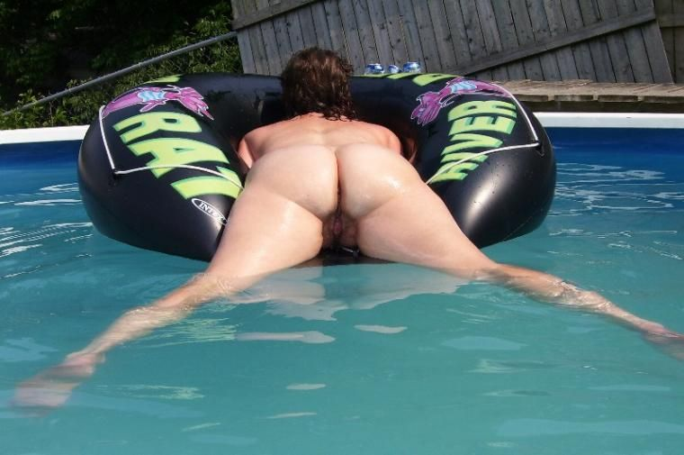 milf in swimming pool