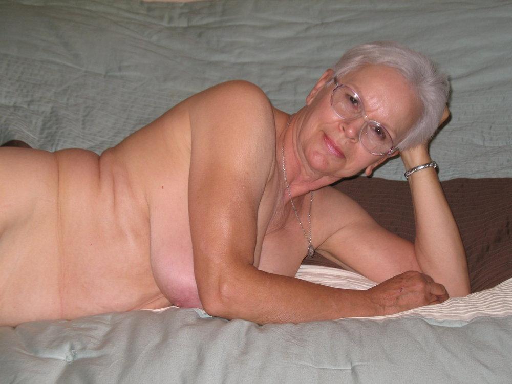 nude Amateur granny posing